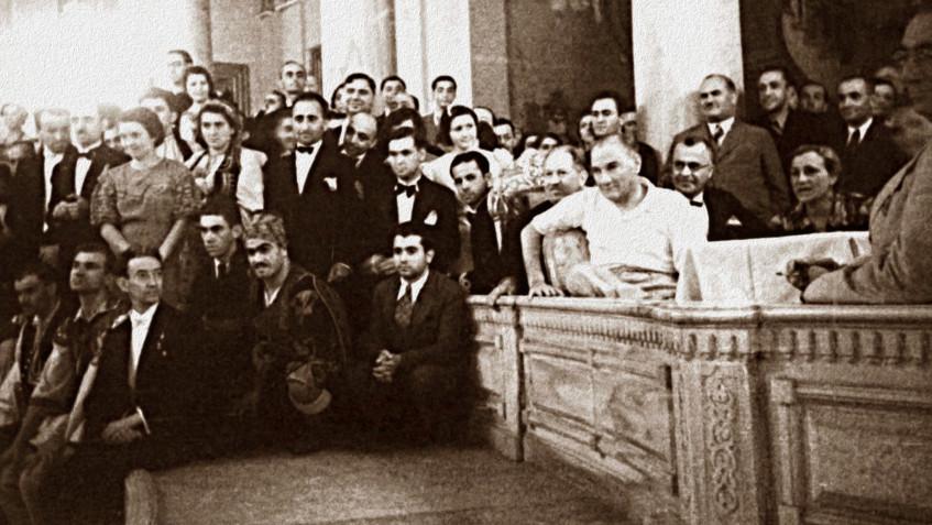 Atatürk-dans-edenleri-izlerken-1