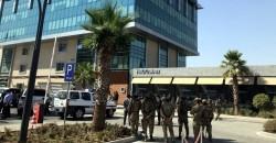 Irak'ın Erbil kentinde bir restorana düzenlenen silahlı saldırıda, Türkiye'nin Başkonsolosluğunda çalışan bir kişi şehit oldu. Güvenlik güçleri, restoran önünde önlem aldı. ( Yunus Keleş - Anadolu Ajansı )